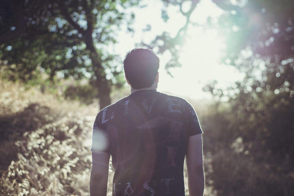 חלום על נפטר שלובש חולצה